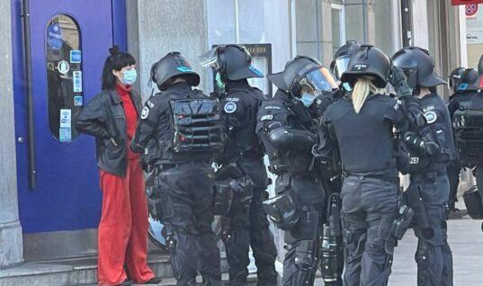 Zürih'teki kadın gösterisi polisle kavgaya neden oldu